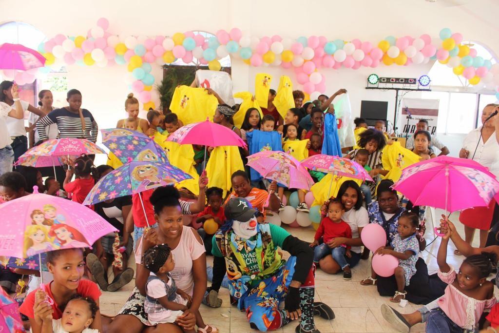 Crianças da Republica Dominicana recebendo as doações de Natal.