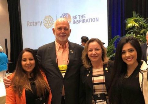 1 Patricia Truzman, 2 Barry Rassin (eleito do Rotary International) 3 Elisiane Ramos (Acessora do Governador) 4 Bruna Paes (Presidente do Rotaract)