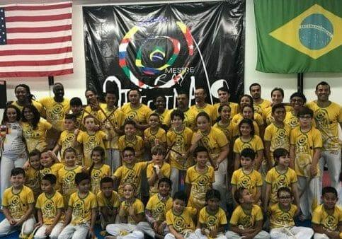 Os alunos da Oficina da Capoeira Fort Myers com os convidados especiais.