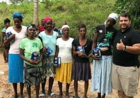Pastor Anderson com pessoal da aldeia-min