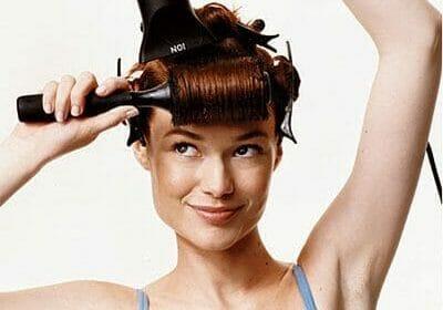 foto de moça secando os cabelos da maneira correta