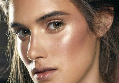 mulher de pele clara com maquiagem leve e iluminada maquiagem 2018 brazilusa